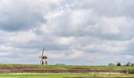Ανεμόμυλος σε ένα χαρακτηριστικό ολλανδικό αγροτικό τοπίο Στοκ Φωτογραφίες