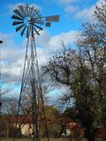 Ανεμόμυλος στη γαλλική επαρχία στοκ φωτογραφία με δικαίωμα ελεύθερης χρήσης