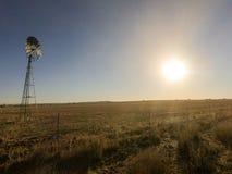 Ανεμόμυλος στον ήλιο ηλιοβασιλέματος στοκ φωτογραφία