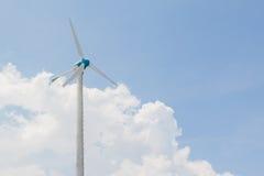 Ανεμόμυλοι για την ηλεκτρική γεννήτρια με το μπλε ουρανό και το άσπρο σύννεφο Στοκ Εικόνα
