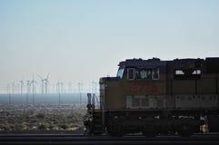 Ανεμόμυλοι και τραίνο στοκ εικόνα