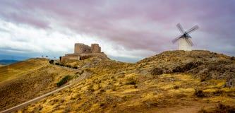 Ανεμόμυλοι και Castle στοκ εικόνες