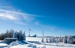 Ανεμόμυλοι σε μια ηλιόλουστη κρύα χειμερινή ημέρα Στοκ Εικόνες