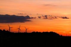 Ανεμόμυλοι στην κίνηση στο χρόνο ηλιοβασιλέματος ανατολής Στοκ Φωτογραφίες