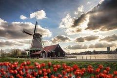 Ανεμόμυλοι στην Ολλανδία με το κανάλι Στοκ φωτογραφία με δικαίωμα ελεύθερης χρήσης