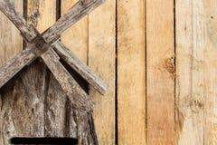Ανεμόμυλος και ξύλινος πίνακας στοκ φωτογραφίες