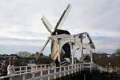 Ανεμόμυλος και παλαιά γέφυρα Στοκ φωτογραφίες με δικαίωμα ελεύθερης χρήσης
