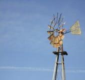 Ανεμόμυλος με το μπλε ουρανό στοκ φωτογραφία με δικαίωμα ελεύθερης χρήσης