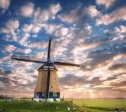 Ανεμόμυλος στην ανατολή στις Κάτω Χώρες Όμορφος παλαιός ολλανδικός ανεμόμυλος Στοκ Εικόνες