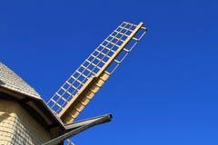 Ανεμόμυλος στους μπλε ουρανούς Στοκ φωτογραφία με δικαίωμα ελεύθερης χρήσης
