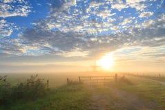 Ανεμόμυλος & σύννεφα Στοκ εικόνες με δικαίωμα ελεύθερης χρήσης