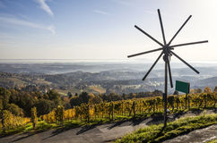 Ανεμόμυλος Klapotetz στη διαδρομή κρασιού Schilcher στο δυτικό Styria μέσα Στοκ εικόνες με δικαίωμα ελεύθερης χρήσης