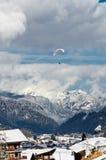 Ανεμόπτερα που πετούν πέρα από το βουνό στοκ φωτογραφία με δικαίωμα ελεύθερης χρήσης