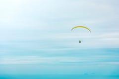 Ανεμόπτερο επάνω από τον ωκεανό Στοκ Φωτογραφία
