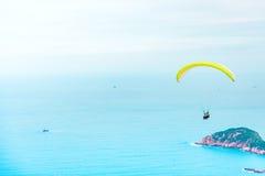 Ανεμόπτερο επάνω από τον ωκεανό Στοκ Φωτογραφίες