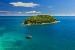 Ανεμόπτερο που πετά πέρα από το νερό στο phuket Ταϊλάνδη Στοκ φωτογραφίες με δικαίωμα ελεύθερης χρήσης
