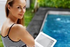 Ανεξάρτητη έννοια εργασίας Δακτυλογράφηση γυναικών Freelancer, χρησιμοποιώντας το φορητό προσωπικό υπολογιστή Στοκ Φωτογραφίες