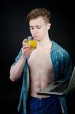ανεξάρτητος Νεαρός άνδρας που εργάζεται σε έναν υπολογιστή Στοκ Εικόνες