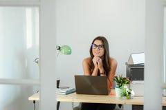 Ανεξάρτητο γραφείο συνεδρίασης γυναικών στο σπίτι Στοκ εικόνα με δικαίωμα ελεύθερης χρήσης