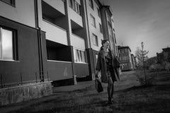 Ανεξαρτησία, εμπιστοσύνη, έννοια κομψότητας Το λεπτό κορίτσι πηγαίνει στην οδό πόλεων Στοκ εικόνα με δικαίωμα ελεύθερης χρήσης