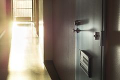 Ανεπιθύμητη ή θορυβώδης διπλανή πόρτα διαβίωσης γειτόνων στοκ εικόνες