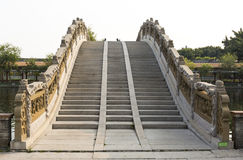 Ανερχόμενος βήματα πετρών της κινεζικής παραδοσιακής γέφυρας αψίδων, γέφυρα φεγγαριών στο ασιατικό κλασσικό ύφος στην Κίνα Στοκ εικόνες με δικαίωμα ελεύθερης χρήσης