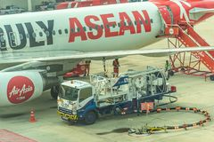 Ανεφοδιάζοντας σε καύσιμα αεροσκάφη σε ένα αεροπλάνο Στοκ εικόνες με δικαίωμα ελεύθερης χρήσης