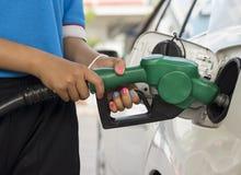 Ανεφοδιάζοντας σε καύσιμα βενζίνη στοκ εικόνες