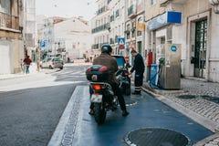 Ανεφοδιασμός σε καύσιμα οδών των οχημάτων με τη βενζίνη στη Λισσαβώνα Βενζίνη τρεξίματος ανθρώπων για το επόμενο ταξίδι στοκ εικόνες με δικαίωμα ελεύθερης χρήσης