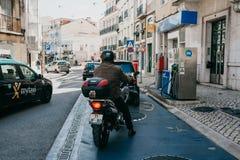 Ανεφοδιασμός σε καύσιμα οδών των οχημάτων με τη βενζίνη στη Λισσαβώνα Βενζίνη τρεξίματος ανθρώπων για το επόμενο ταξίδι στοκ φωτογραφίες
