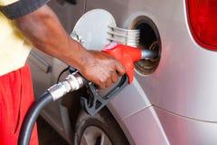 Ανεφοδιάζοντας σε καύσιμα αυτοκίνητο ατόμων στο πρατήριο καυσίμων Στοκ Εικόνες