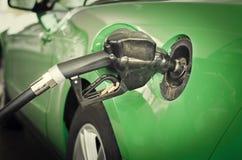 Ανεφοδιάζοντας σε καύσιμα αυτοκίνητο με το πράσινο ύφος eco βενζίνης αερίου Στοκ φωτογραφία με δικαίωμα ελεύθερης χρήσης