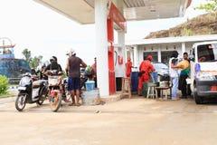 Ανεφοδιάζοντας σε καύσιμα βενζίνη στην Παπούα στοκ φωτογραφία με δικαίωμα ελεύθερης χρήσης