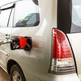 Ανεφοδιάστε σε καύσιμα τη βενζίνη στο αυτοκίνητο από την αντλία ακροφυσίων στοκ φωτογραφία
