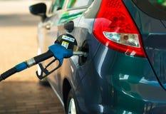 Ανεφοδιασμός σε καύσιμα αυτοκινήτων σε ένα πρατήριο καυσίμων κοντά επάνω Στοκ Φωτογραφίες
