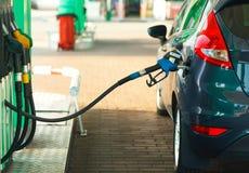 Ανεφοδιασμός σε καύσιμα αυτοκινήτων σε ένα πρατήριο καυσίμων κοντά επάνω Στοκ Εικόνα