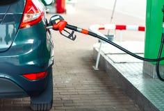 Ανεφοδιασμός σε καύσιμα αυτοκινήτων σε ένα πρατήριο καυσίμων κοντά επάνω Στοκ φωτογραφία με δικαίωμα ελεύθερης χρήσης
