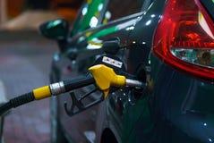 Ανεφοδιασμός σε καύσιμα αυτοκινήτων σε ένα πρατήριο καυσίμων τη νύχτα Στοκ Εικόνα