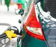 Ανεφοδιασμός σε καύσιμα αυτοκινήτων σε ένα πρατήριο καυσίμων το χειμώνα Στοκ εικόνες με δικαίωμα ελεύθερης χρήσης
