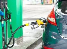 Ανεφοδιασμός σε καύσιμα αυτοκινήτων σε ένα πρατήριο καυσίμων το χειμώνα κοντά επάνω Στοκ εικόνες με δικαίωμα ελεύθερης χρήσης