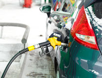 Ανεφοδιασμός σε καύσιμα αυτοκινήτων σε ένα πρατήριο καυσίμων το χειμώνα κοντά επάνω Στοκ εικόνα με δικαίωμα ελεύθερης χρήσης