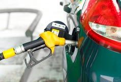 Ανεφοδιασμός σε καύσιμα αυτοκινήτων σε ένα πρατήριο καυσίμων το χειμώνα κοντά επάνω Στοκ Φωτογραφίες