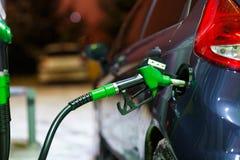 Ανεφοδιασμός σε καύσιμα αυτοκινήτων σε ένα πρατήριο καυσίμων το χειμώνα τη νύχτα Στοκ φωτογραφία με δικαίωμα ελεύθερης χρήσης