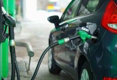 Ανεφοδιασμός σε καύσιμα αυτοκινήτων σε ένα πρατήριο καυσίμων το χειμώνα κοντά επάνω Στοκ φωτογραφία με δικαίωμα ελεύθερης χρήσης