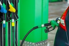 Ανεφοδιασμός σε καύσιμα αυτοκινήτων σε ένα πρατήριο καυσίμων το χειμώνα κοντά επάνω Στοκ Εικόνες