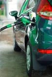 Ανεφοδιασμός σε καύσιμα αυτοκινήτων σε ένα πρατήριο καυσίμων το χειμώνα κοντά επάνω Στοκ φωτογραφίες με δικαίωμα ελεύθερης χρήσης