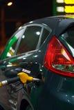 Ανεφοδιασμός σε καύσιμα αυτοκινήτων σε ένα πρατήριο καυσίμων το χειμώνα τη νύχτα Στοκ Εικόνα