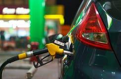 Ανεφοδιασμός σε καύσιμα αυτοκινήτων σε ένα πρατήριο καυσίμων το χειμώνα τη νύχτα Στοκ Φωτογραφίες
