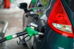 Ανεφοδιασμός σε καύσιμα αυτοκινήτων σε ένα πρατήριο καυσίμων το χειμώνα Στοκ Φωτογραφίες