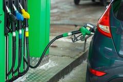 Ανεφοδιασμός σε καύσιμα αυτοκινήτων σε ένα πρατήριο καυσίμων το χειμώνα Στοκ φωτογραφίες με δικαίωμα ελεύθερης χρήσης